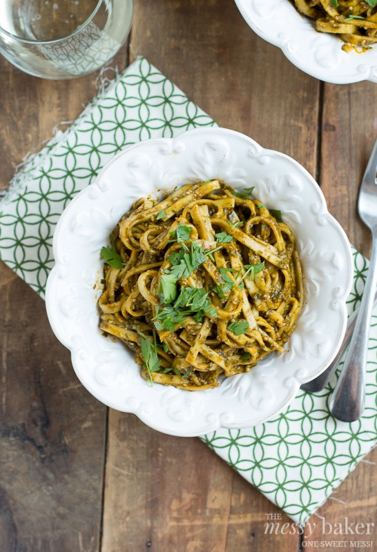 Healthy Roasted Red Pepper Pesto Pasta | www.themessybakerblog.com