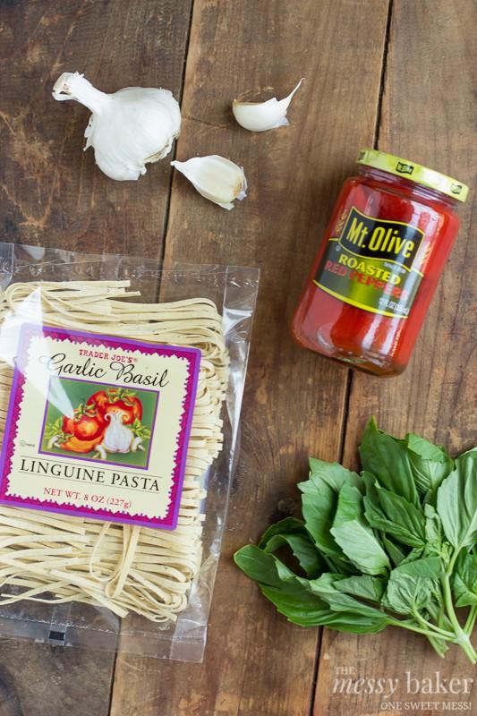 Roasted Red Pepper Pesto Pasta | www.themessybakerblog.com