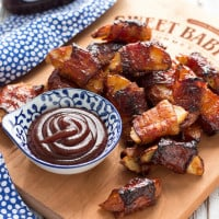 These crispy potato wedges wrapped in smoky bacon and glazed with barbecue sauce make the perfect appetizer for football, the holidays, and parties. | www.themessybakerblog.com