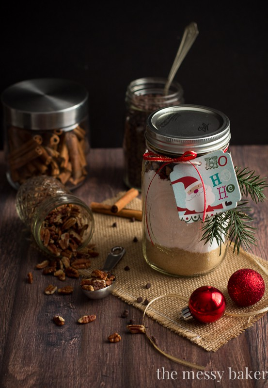 Chocolate Chip Pecan Banana Bread Gift Jars make the perfect Christmas gift for the holiday season | www.themessybakerblog.com